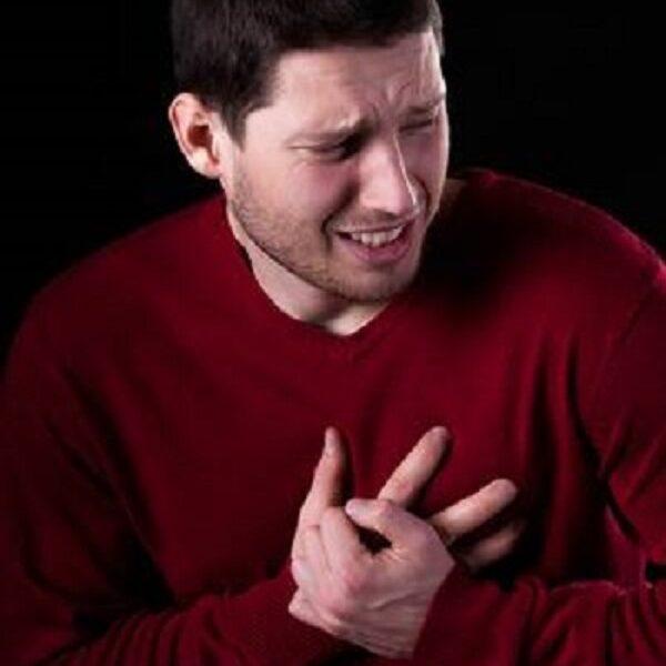 hombre sufriendo infarto